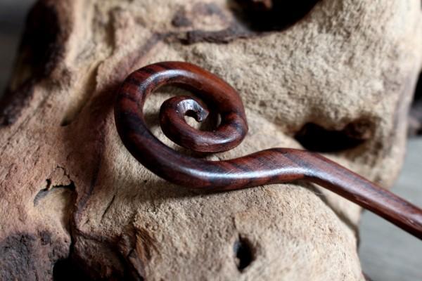 SHELL Tuchnadel aus Holz